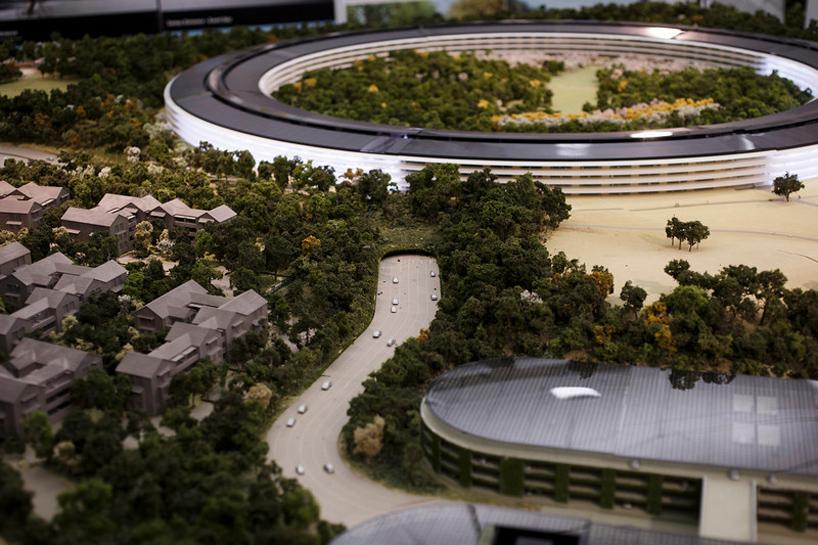 Detalle de la maqueta de la sede nueva sede corporativa de Apple en Cupertino California con el túnel para el paso de la autopista subterránea en primer plano.