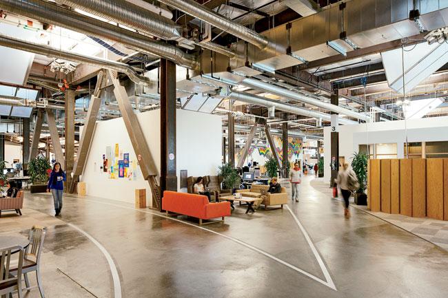 Aspecto del interior de la sede corporativa de facebook en Menlo Park con numerosos espacios para reuniones.