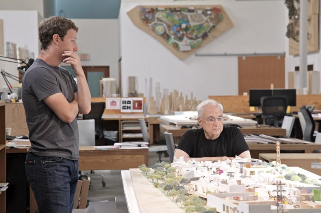 Mark Zuckerberg observa junto al arquitecto Frank Gehry el proyecto de arquitectura corporativa de Campus de Facebook.