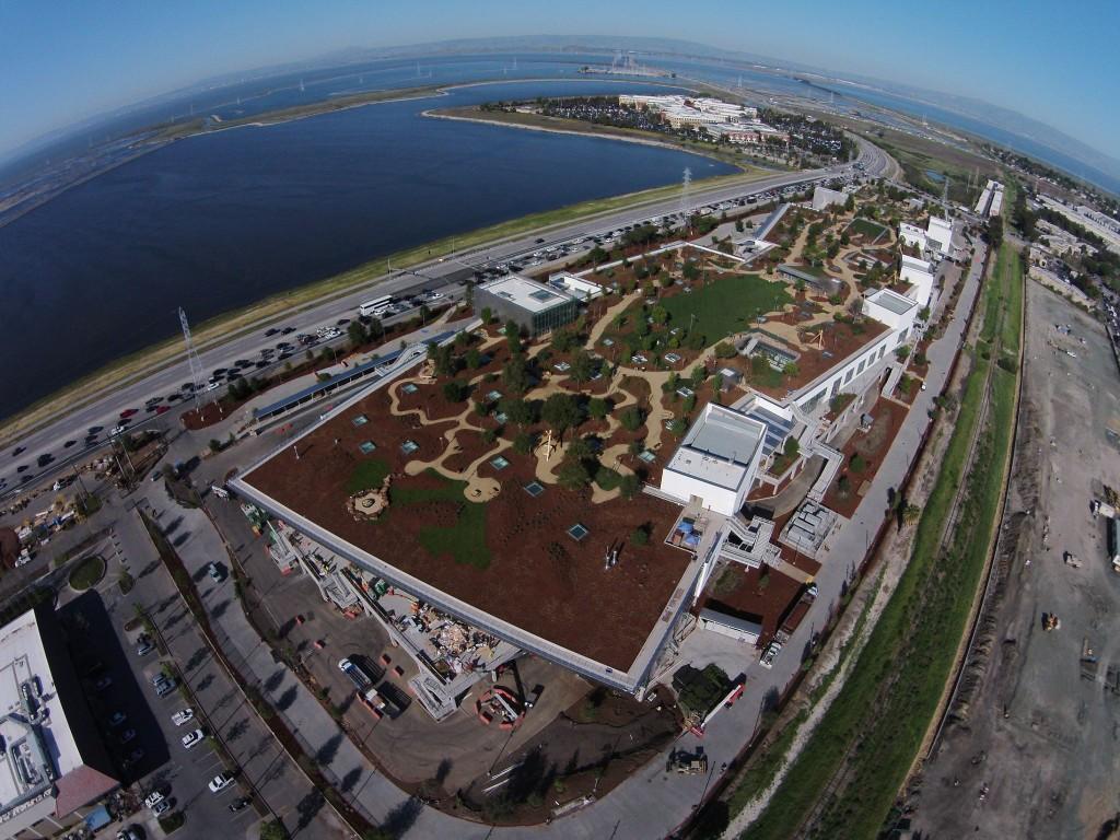 Imagen aérea en la que se puede observar el jardín y parque de la parte superior del edificio del nuevo Campus de Facebook.