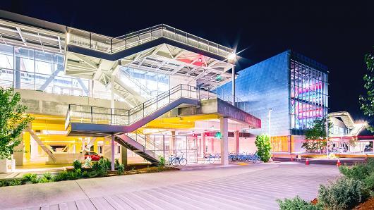 El exterior iluminado del edificio del nuevo Campus de Facebook.