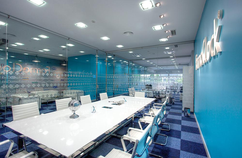 Imagen real de las oficinas de la sede corporativa FarmaClock, diseño de arquitectura corporativa